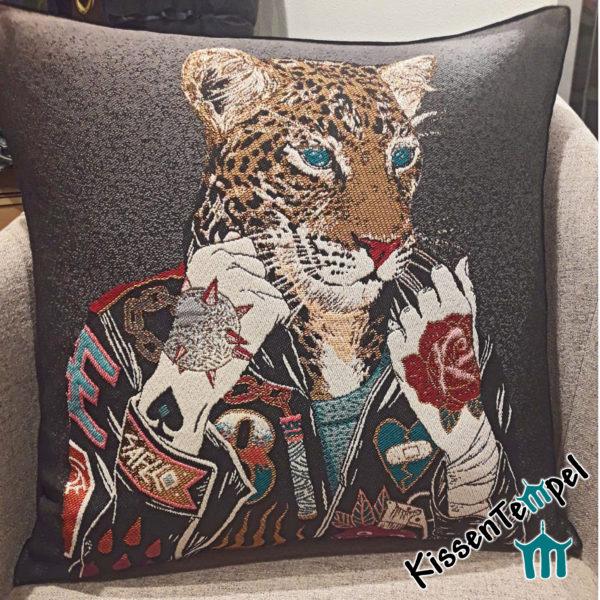 Designerkissen >Crazy Leo< 45x45 cm, auffälliges freches Kissen, Freches Design, Leopard mit buntem Dress